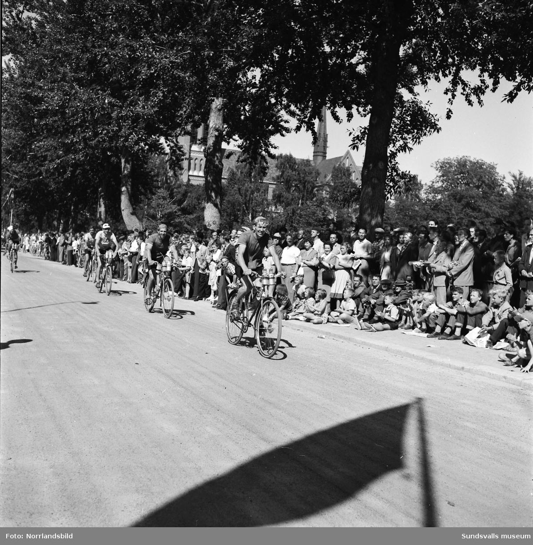 Sverigeloppet på cykel 1953. Cyklisterna passerar Floragatan invid Läroverket.