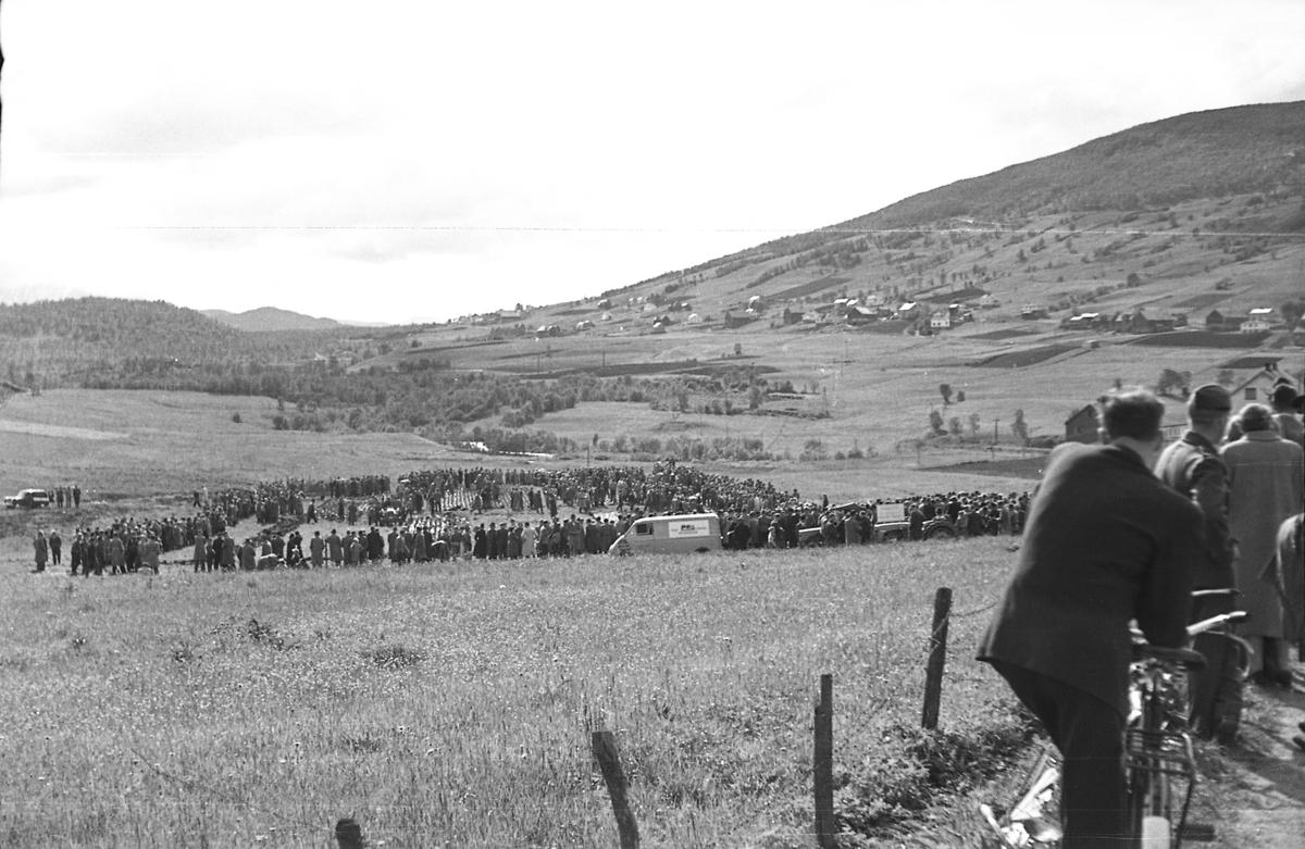 Landbruksutstilling eller demonstrasjon på Sama. Kilhus i bakgrunnen