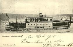 Vykort med motiv av båten Dufvan med passagerare i Sundsvall