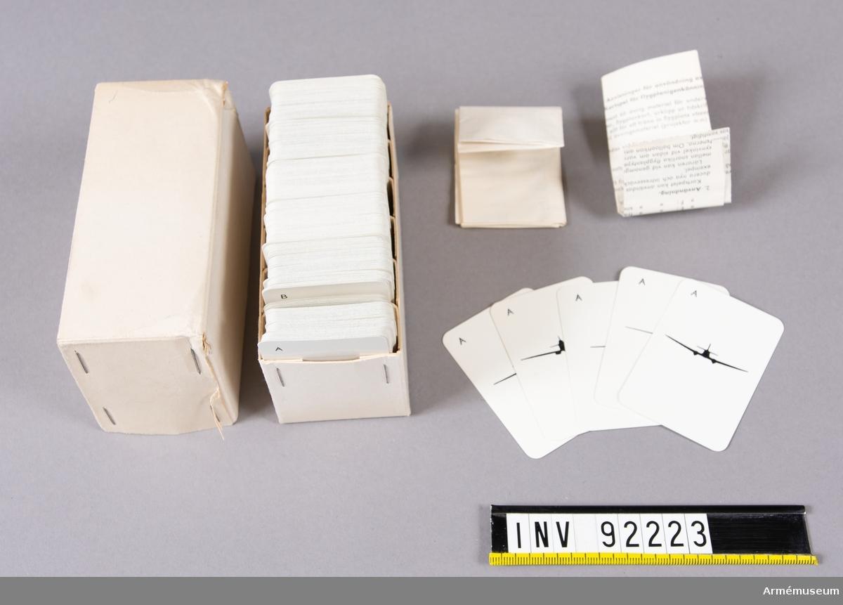 Kort med siluetter av olika flygplanstyper. I låda. Bifogade anvisningar i lådan. Korten kan användas för att spela som sällskapsspel typ Löjliga familjer, Svälta räv eller poker. Det finns också instruktioner om sätt att mer systematiskt lära in flygplanstyperna. Bifogat finns också en spelkortsnyckel eller uppställning över de olika flygplanen samt information om deras maxhastighet, spännvidd och beväpning.