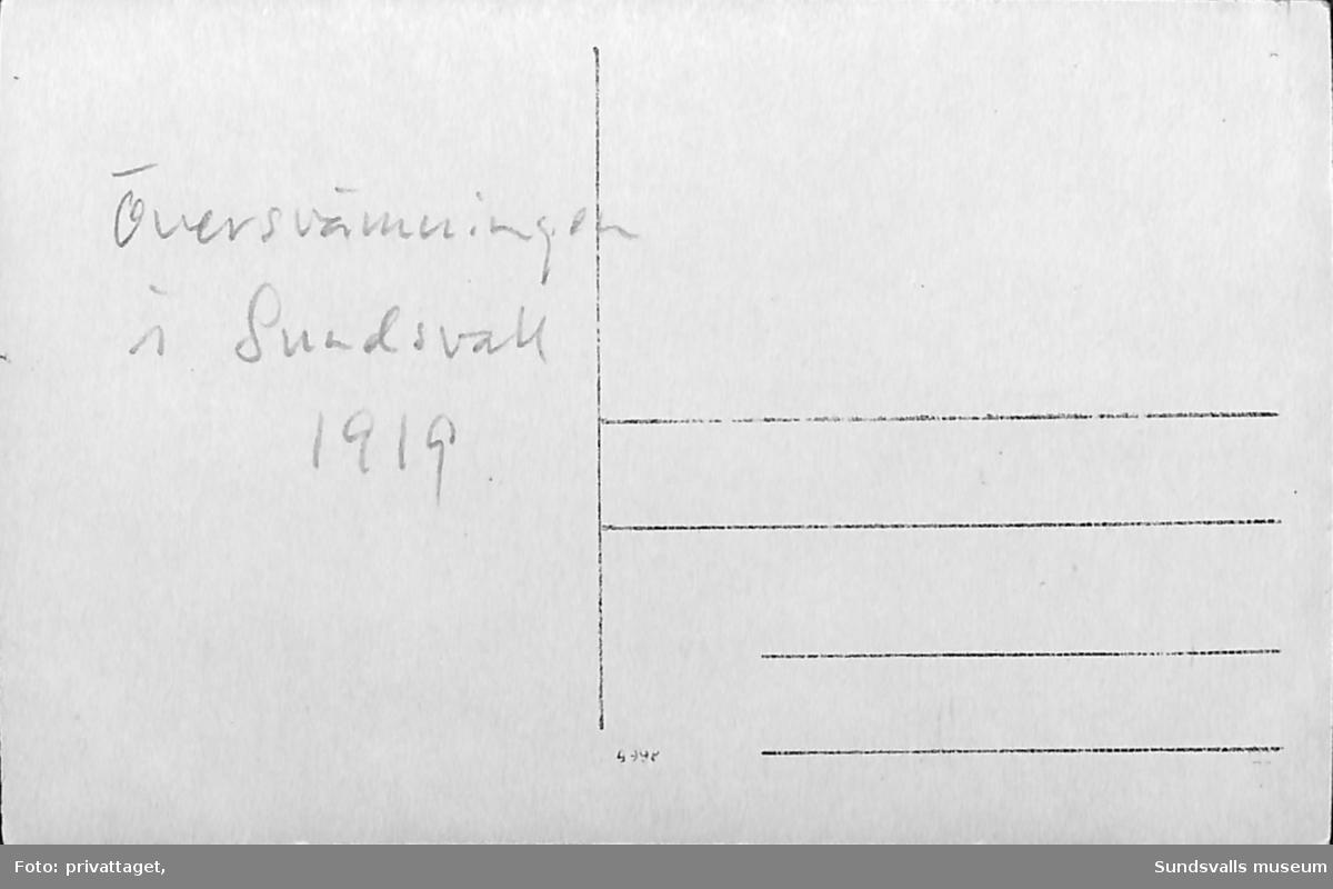 Vykort med motiv över en raserad järnvägsbro. Text på baksidan: Översvämningen i Sundsvall 1919.