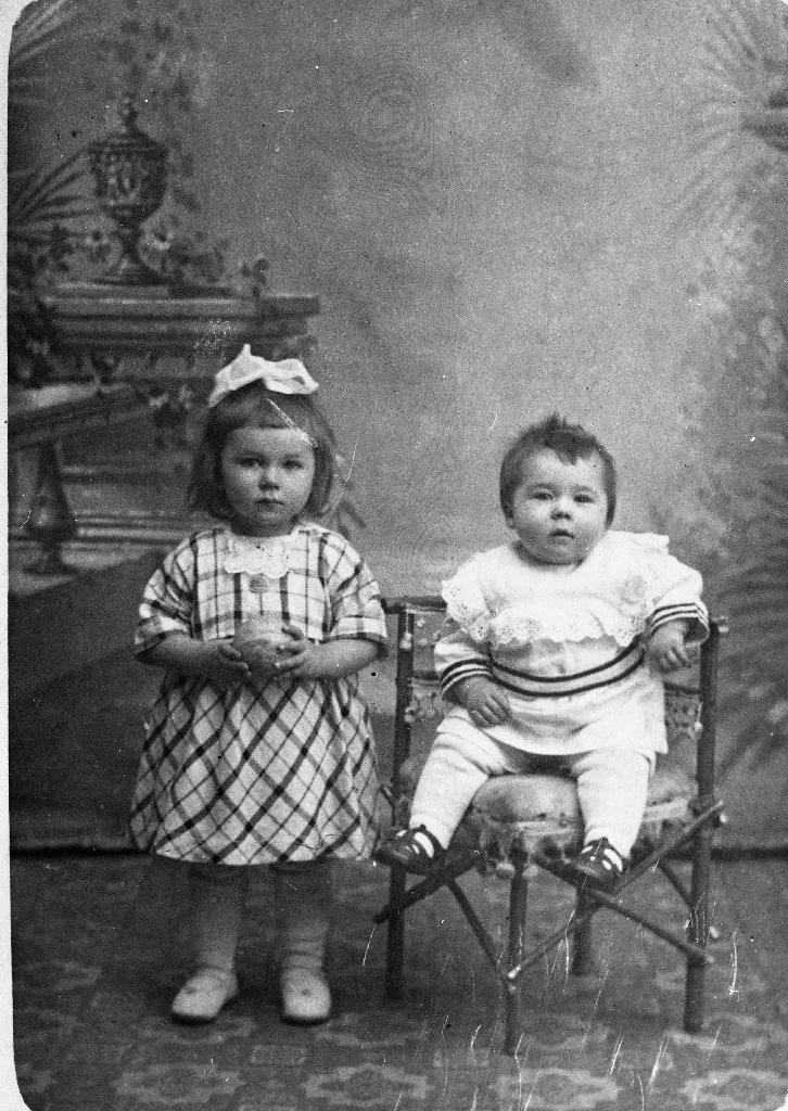 To av borna til Sem og Guri Bergene. F. v. Karen Bergene (1921 - ) og Ole Bergene (1921 - ).