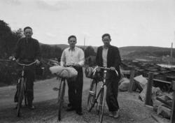 Några okända yngre män beger sig iväg på cykel-camping över