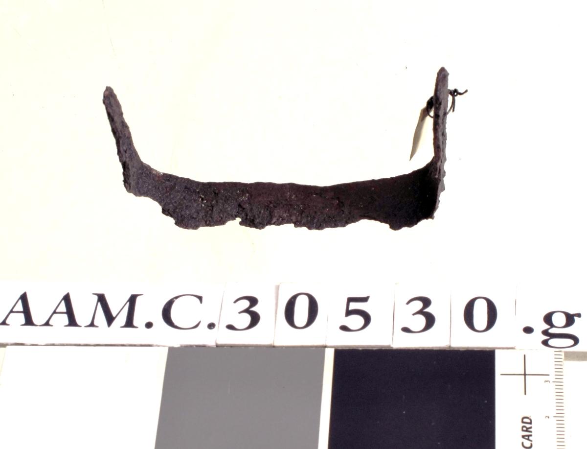 Høveljern, som [Rygh fig.410]R. 410 (sml. Jan Petersen: anf. arb., s. 217, nr. 8). Den ene armen avbrutt i enden. Forrustet, men ellers bra bevart.