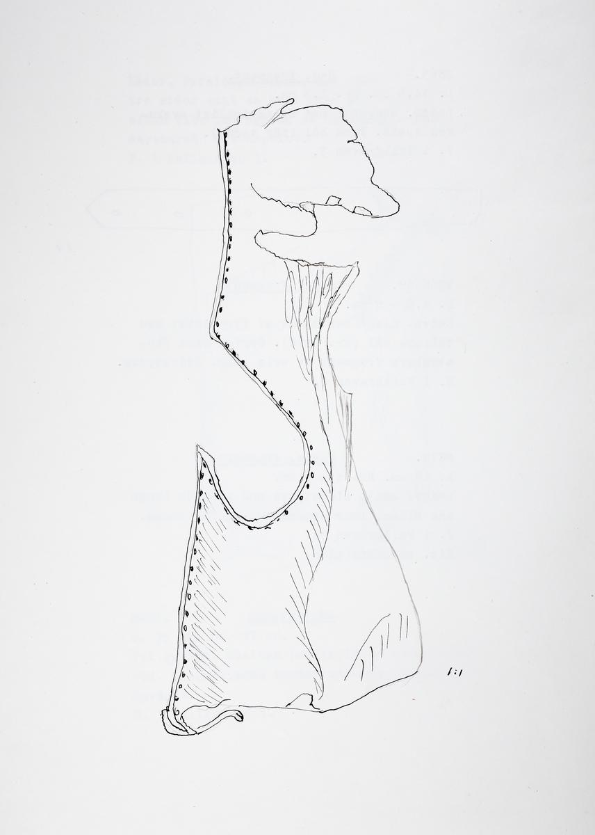 Del av en lädervante i form av ett smalt sidostycke med kantsöm längs ena sidan. Urtag för tummen.