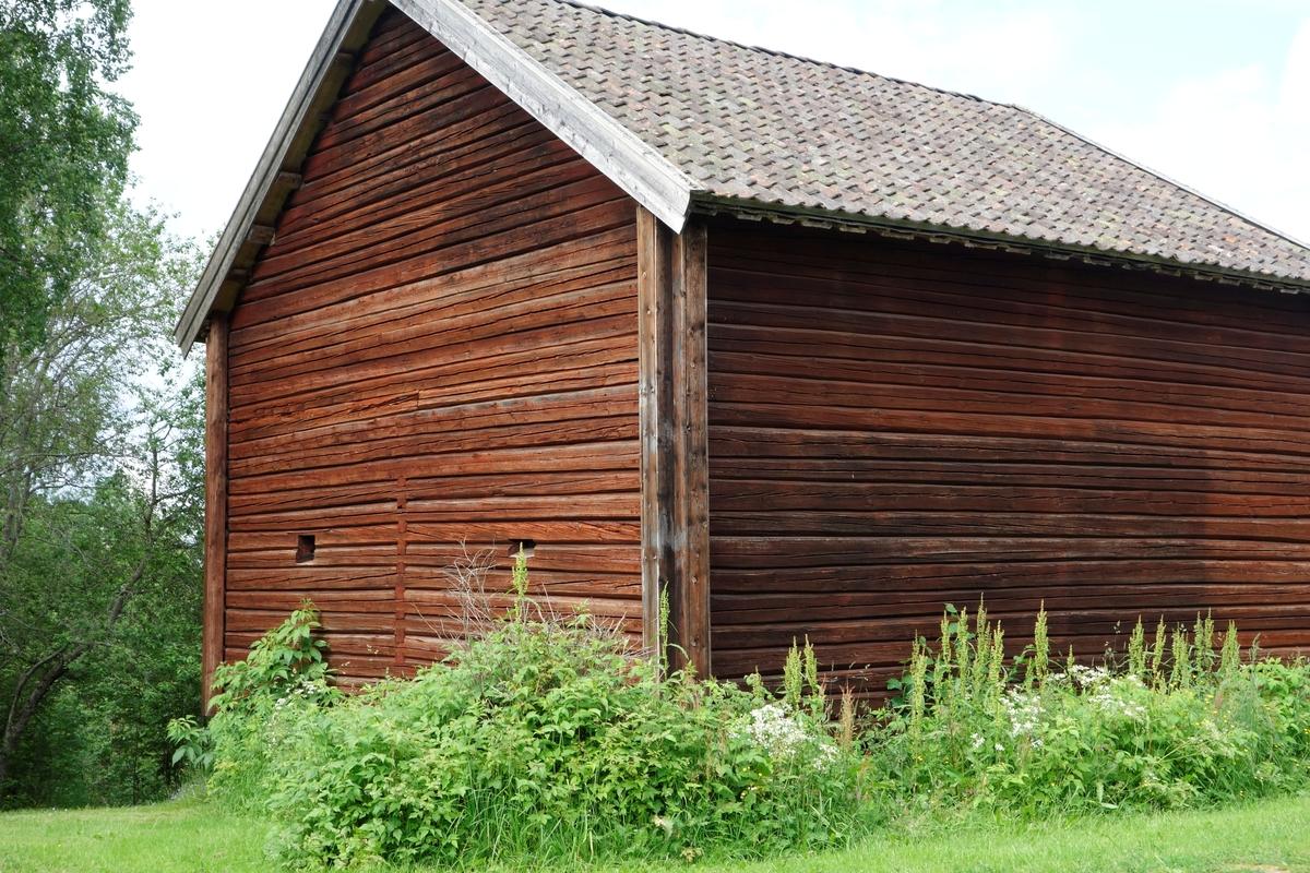 Kornmagasin, trolig for flere gårder. Sto på Negard Frilset. Flyttet i 1962.