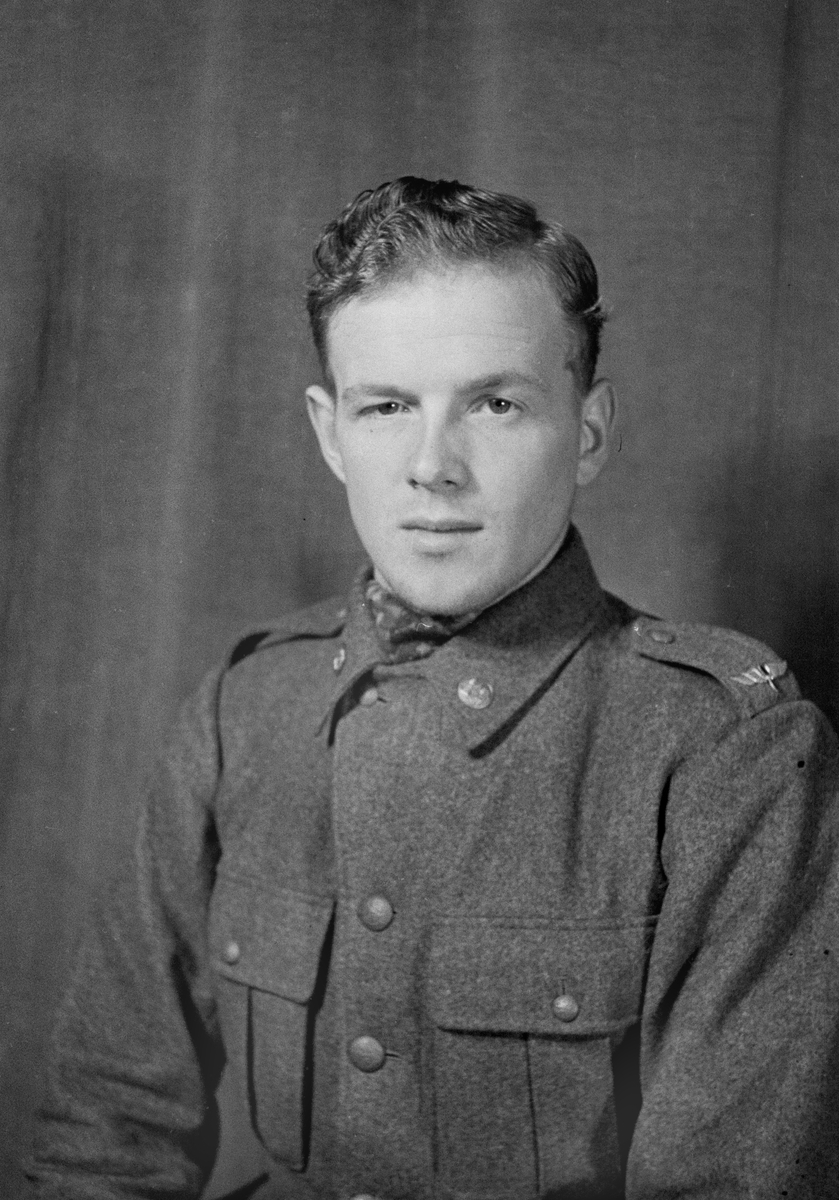 Porträttfoto av soldat Erik Olof Sedin (nummer 910), mekaniker i Uleåborg vid F 19, Svenska frivilligkåren i Finland under finska vinterkriget, 1940.