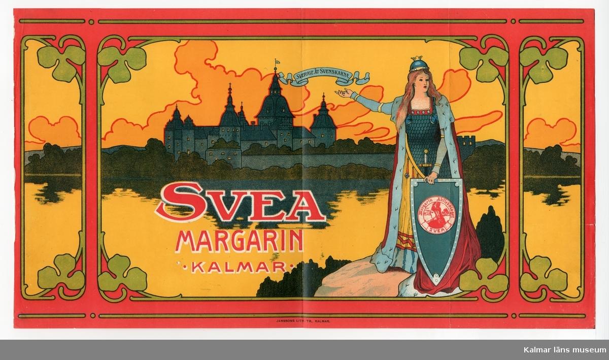 KLM 21360:3:5 Etikett, av papper, tryck av litografisk etikett. På etiketten bild av Kalmar Slott och Moder Svea, dekor i form av stiliserade växtornament, i färgerna rött, blått, guld mot gul bakgrund. Text på språkband, Sverige åt svenskarne, Svea Margarin Kalmar, på vapen, Margarin Aktiebolaget Svea. Etikett till margarinförpackning. Beställare, Margarin Aktiebolaget Svea. Tryckt på Janssons Litografisk tryckeri i Kalmar. Trycket låg löst i provbok med varuetiketter mm, KLM 21360:1.