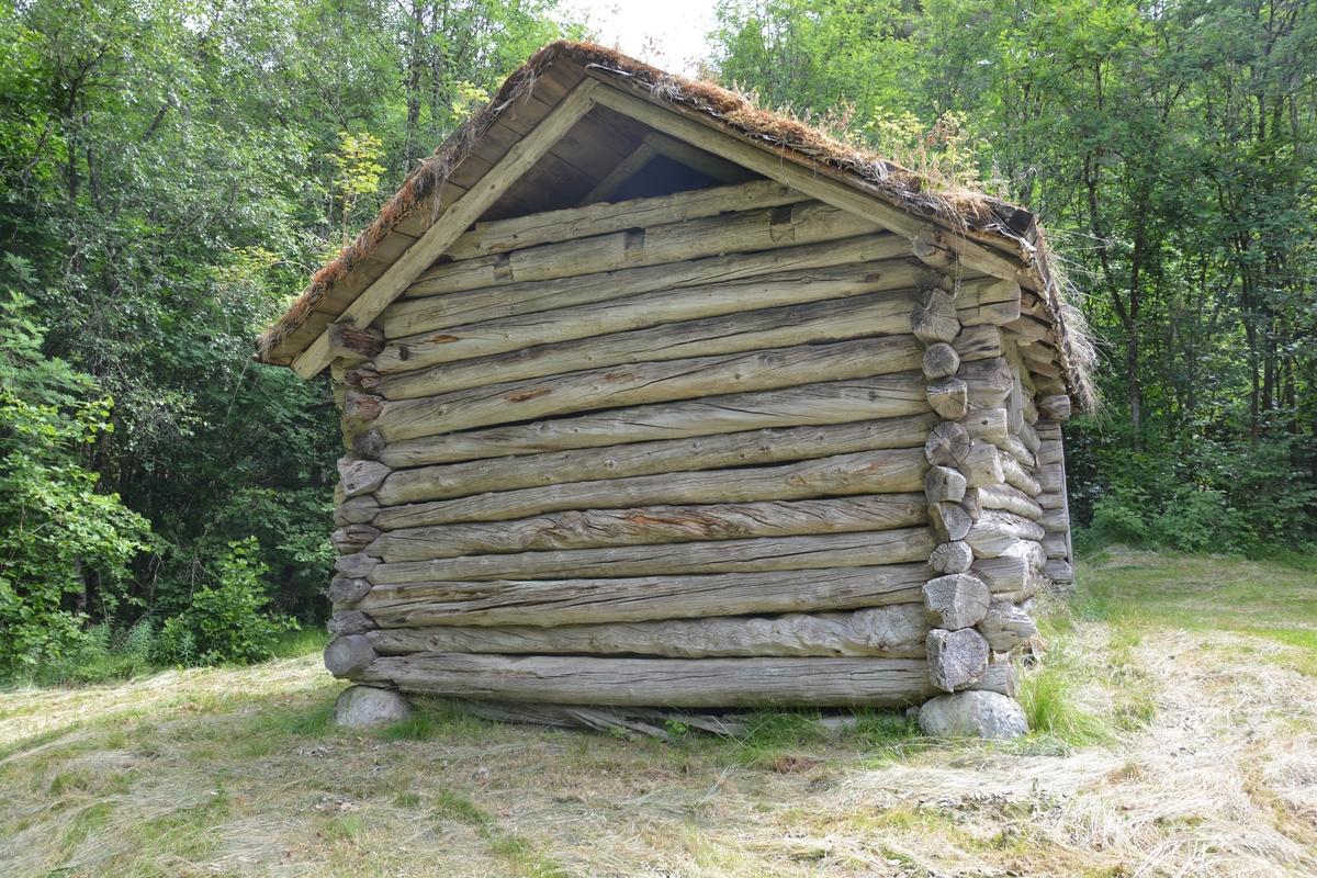 Tømra byging med to rom. Hovedrom tømra og fram-rom (lesseskjylet) i stavverk med ståande bordkledning. Underlag av stein. Torvtak