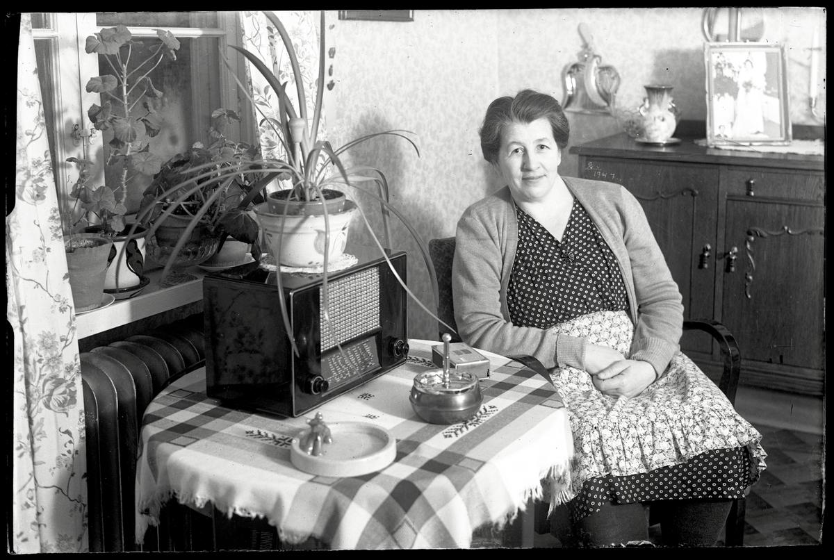 Fru Gummeliusson vid radion