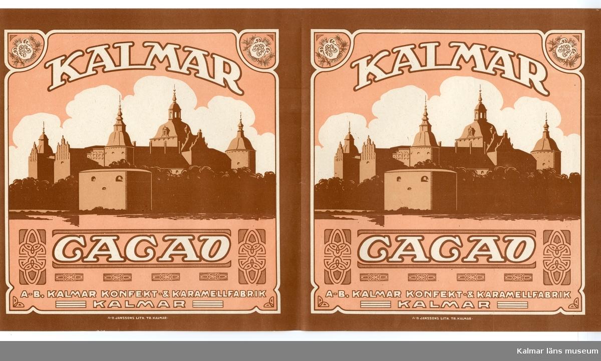 KLM 21360:3:12 Etikett, av papper, tryck av litografisk etikett. På etiketten text, Kalmar Cacao. I färgen brunt och vitt på rosa bakgrund. Etikett till cacaoförpackning. Beställare, A-B. Kalmar Konfekt och Karamellfabrik, Kalmar. Tryckt på Janssons Litografisk tryckeri i Kalmar. Trycket låg löst i provbok med varuetiketter mm, KLM 21360:1.