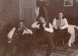 "Text i fotoalbum: ""Rökstund i lyan 1900."""