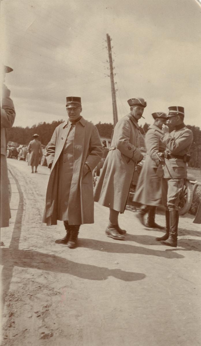 Soldater samlade på vägen.