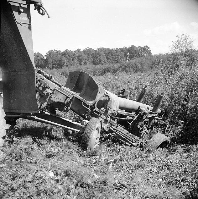 Haubits m/1939. 15 cm, i diket. Bärgningsförsök.