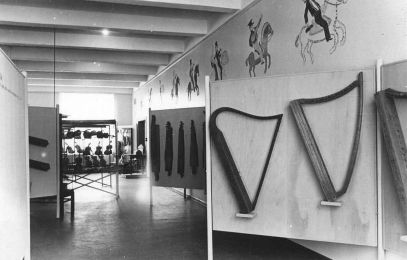 Feler, langeleiker og harper i utstillingen «Fra prillarhorn til hardingfele», 1948,