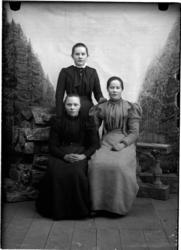 Gruppebilde av Marie Nikolaidatter Moksnes Kvålen med famili