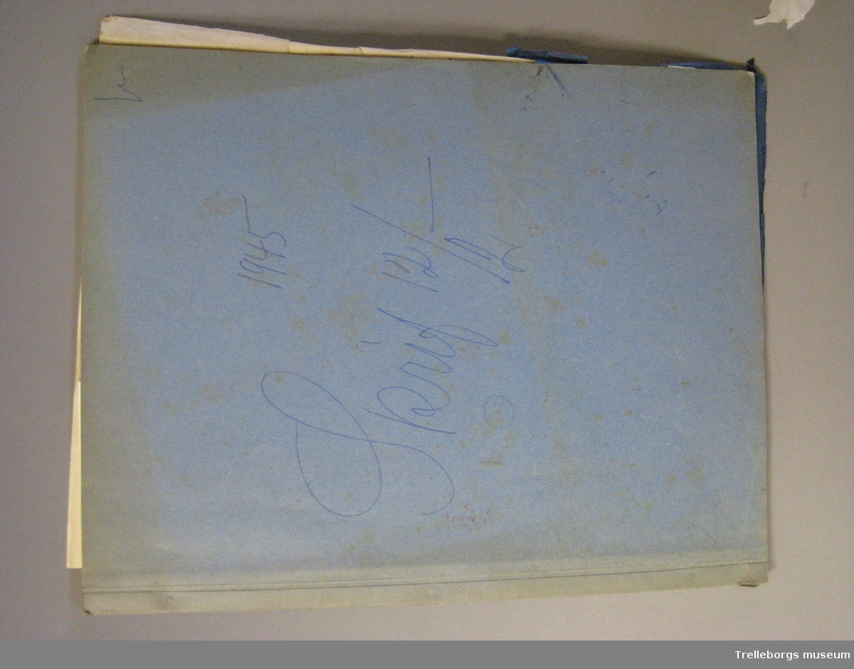 Bakrepärmsida av tjock kartong, främre av tunn blå kartong. Kopie-bok.