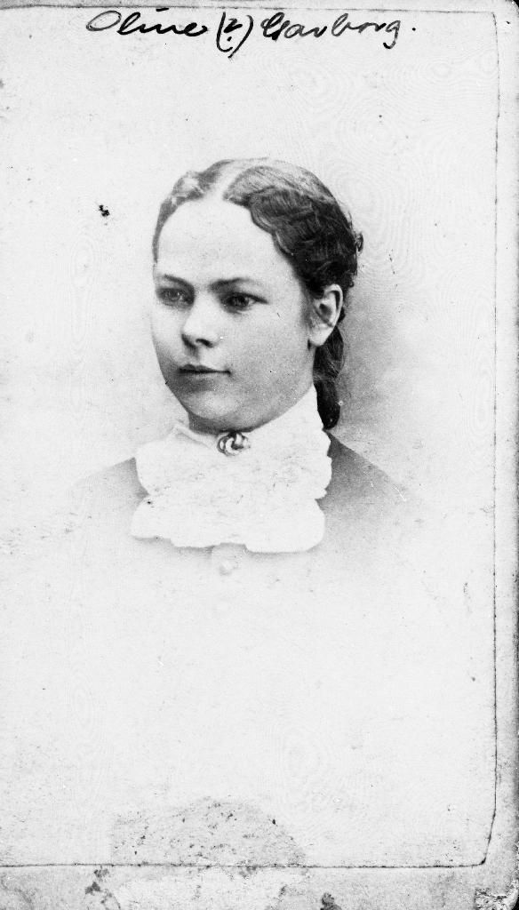 """Ane Oline Garborg (26.01.1870 - 15.01.1916). Ho er døydde i St. Paul,, USA. Ein er usikker på om det kanskje kan vera systera Stine Garborg (12.12.1852 - 1878). I heftet Samuel Garborg """"Minne um barndomsheimen min"""" fortel han at Oline reiste til Minnesota og Stine til Iowa. Dette biletet er frå Iowa, USA."""