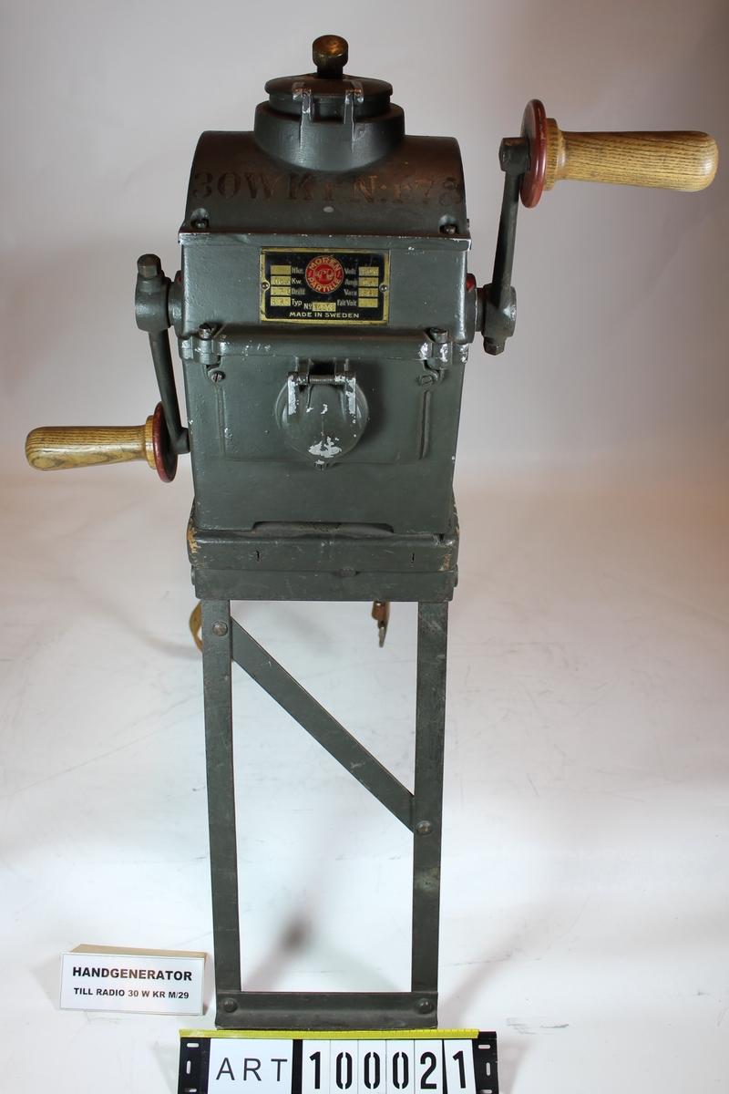 30 watt Kärradiostation (30 W Kr m/29)  Data: Frekvensområde:    Sändare:      1500 -- 000 Khz    Mottagare:        300 -- 3000 Khz Räckvidd:       Ca 50Km Vågtyp:               Telegrafi A1, A2 Strömförsörjning:    Mottagning:       Torrbatteri A63, NIFE Ack D10    Sändning:       Handgenerator Vikter:    Totalvik:       124Kg    Apparatlåda:             31Kg    Batterilåda:       2st, 6+6Kg    Materiellåda:      41Kg    Handgenerator:      17Kg    Master:      23Kg  Stationen är utförd för telegrafering med och utan ton och har en räckvidd av omkring 50 km. Sändaren innehåller 2 B-rör och mottagaren 4 A-rör. Från apparaten gå två ledningar till antenn. Motvikt, handgenerator och batterilåda. Av batterilådorna A och B är endast den ena inkopplad, under det att den andra står i reserv. Varje batterilåda innehåller två ackumulatorer, D 18, för glödström till samtliga rör. Ett batteri, A 63, lämnar anodspänning till mottagarrören.  Handgeneratorn lämnar anodspänning till sändarrören.  Antennanläggningen utgöres av en mast, bestående av 3-4 ledningsstolpar, 2 antennlinor och 4 stagstreck spända över masttoppen, respektive från mitten av masten till marken. Nedledning från antennlinorna till apparatlådan med 2 motviktslinor spända under antennlinorna med anslutningskabel från motviktslinorna till apparatlådan.  Materiallådan innehåller reservdelar och materiel för reparationer m m. I packramen ställes vindorna på vilka antenn- och motviktslinorna samt nedledningarna rullas upp.  Kuriosa: Följande visar fördelning av radioutrustningar inom Armens truppförband.  Enligt generalplan 1927 –1936 vilket i huvudsak fullföljdes 1936 var avsikten att införa radiokommunikation inom truppförbanden. Kostnaden var beräknad till 3 370 000:-, då som idag ville riksdagen endast anslå 70 000:-/år. En omprioritering gjordes så att enbart utrustningar för fredsbruk skulle anskaffas och i första hand till truppförbanden av utbildningsskäl.                               400 W     30 W     20