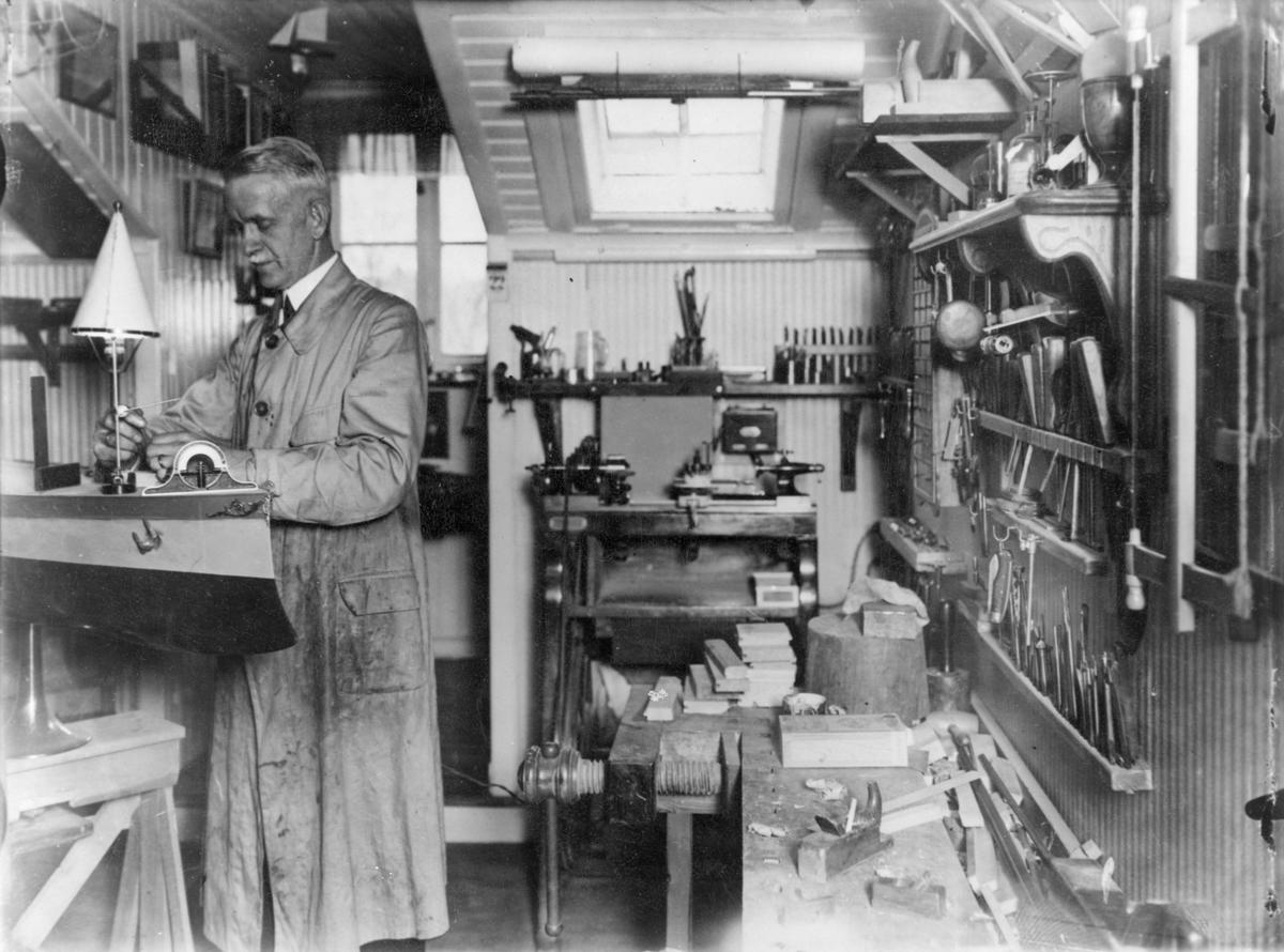 Marindirektör Hugo Åkermark arbetar på sin modell av pansarskeppet ÄRAN.