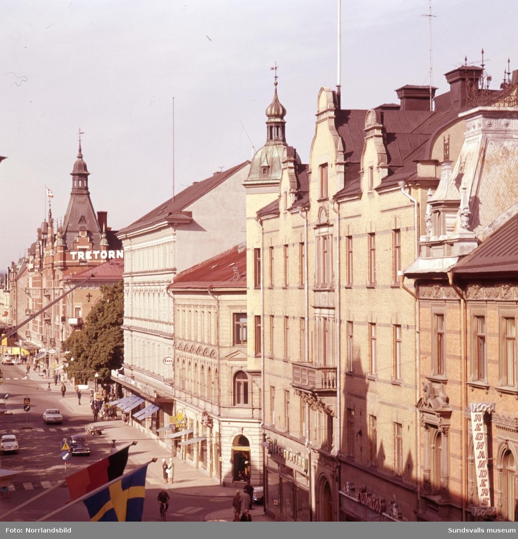 Vy över Storgatan vid kvarteren Jupiter och Olympen och västerut. I bildens vänsterkant syns det påbörjade bygget av Tempovaruhuset i kvarteret Glädjen.