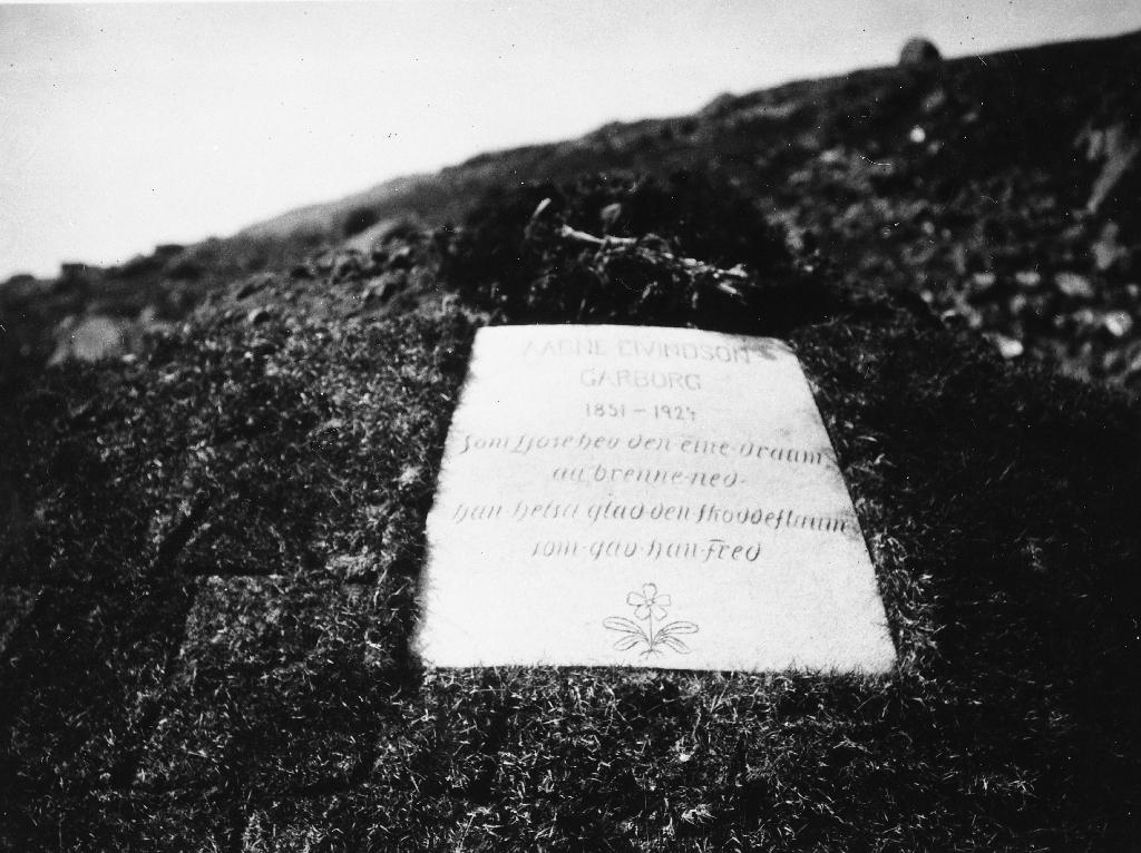 Fotokort med opplysningar manglar. Frå grava til Arne Garborg på Knudaheio.