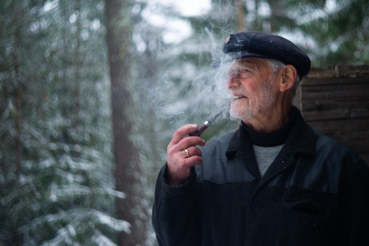 Kar med pipe, koia, Jul i stuene