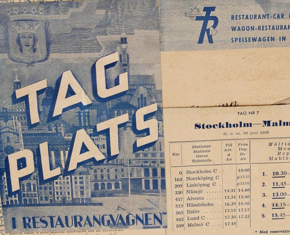 """Collage av signerade menyer från Trafikrestauranger (TR). Menyerna är monterade med lim på en vit pappskiva. Vissa av menyerna är beskurna. Många av menyerna har olika utformningar, men några av dem förekommer flera gånger i collaget.  En meny vars utformning förekommer flera gånger har texten: """"TAG PLATS I RESTAURANGVAGNEN"""" på framsidan. I bakgrunden finns en stadsvy. Några av menyerna har reklam för hotell längst ned på sidan. Och reklam för Emser-tablettask förekommer t ex flera gånger.   Pappret menyerna är tryckta på är gulnade. Autograferna som är signerade på menyerna är skrivna i svart, blått, rött och blyerts. Några av autograferna är bleknade.   Givaren samlade in autograferna när han arbetade, såg han en känd person tog han det som fanns närmast till hands - en meny, och bad om att få en autograf.  De autografer som finns på kollaget är bland andra: Edvard Persson (f. 1888 - d. 1957) - skådespelare.  Bertil Boo (f. 1914 - d. 1996) - sångare. Calle Reinholtz (f. 1909 - d. 1976) - skådespelare och sångare.  Sven Arefeldt (f. 1908 - d. 1956) - textförfattare, sångare, kompositör och musiker. Moa Martinsson (f. 1890 """""""" d. 1964) """""""" författare. Gre-No-Li (Gunnar Gren (f. 1920 """""""" d. 1991), Gunnar Nordahl (f. 1921 """""""" d. 1995), Nils Leidholm (f. 1922 """""""" d. 2007)) """""""" Tre fotbollsspelare som spelade tillsammans i det italienska fotbollslaget Milan mellan 1949 och 1953. Roy Eldridge (f. 1911 """""""" d. 1989) """""""" musiker. Rolf Ericson (f. 1922 """""""" d. 1997) """""""" musiker. Sven Bollhem (f. 1926 - ) """""""" musiker. Per-Arne Crona """""""" musiker. Teddy Petersen (f. 1982 """""""" d. 1994) """""""" musiker. Carl Garaguly (f. 1900 """""""" d. 1984) """""""" violinist och dirigent. Bertil Antonsson (f. 1921 """""""" d. 2006) """""""" brottare. Gunder Hägg (f. 1918 """""""" d. 2004) """""""" friidrottare. Gabriella, Gaby, Stenberg (f. 1023 """""""" d. 2011) """""""" skådespelerska.  Marianne Nielsen (f. 1917 """""""" d. 2004) """""""" skådespelerska. Edvard Persson (f. 1888 """""""" d. 1957) """""""" sångare och skådespelare.  Allan Johansson (f. 1919- d. 1991) """""""" pianist, kom"""