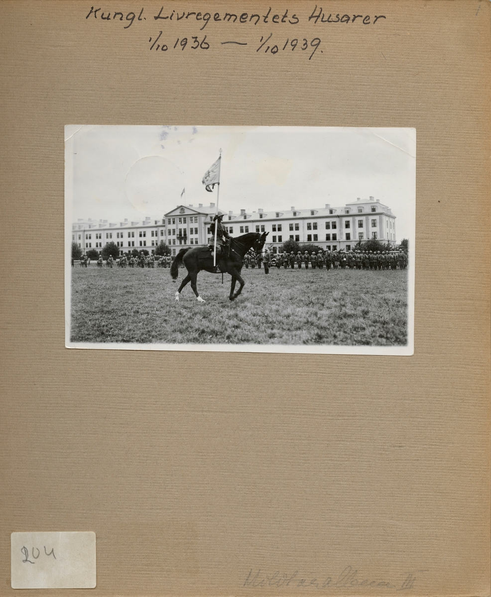 "Text i fotoalbum: ""Kungl. Livregementets Husarer 1/10 1936 - 1/10 1939""."