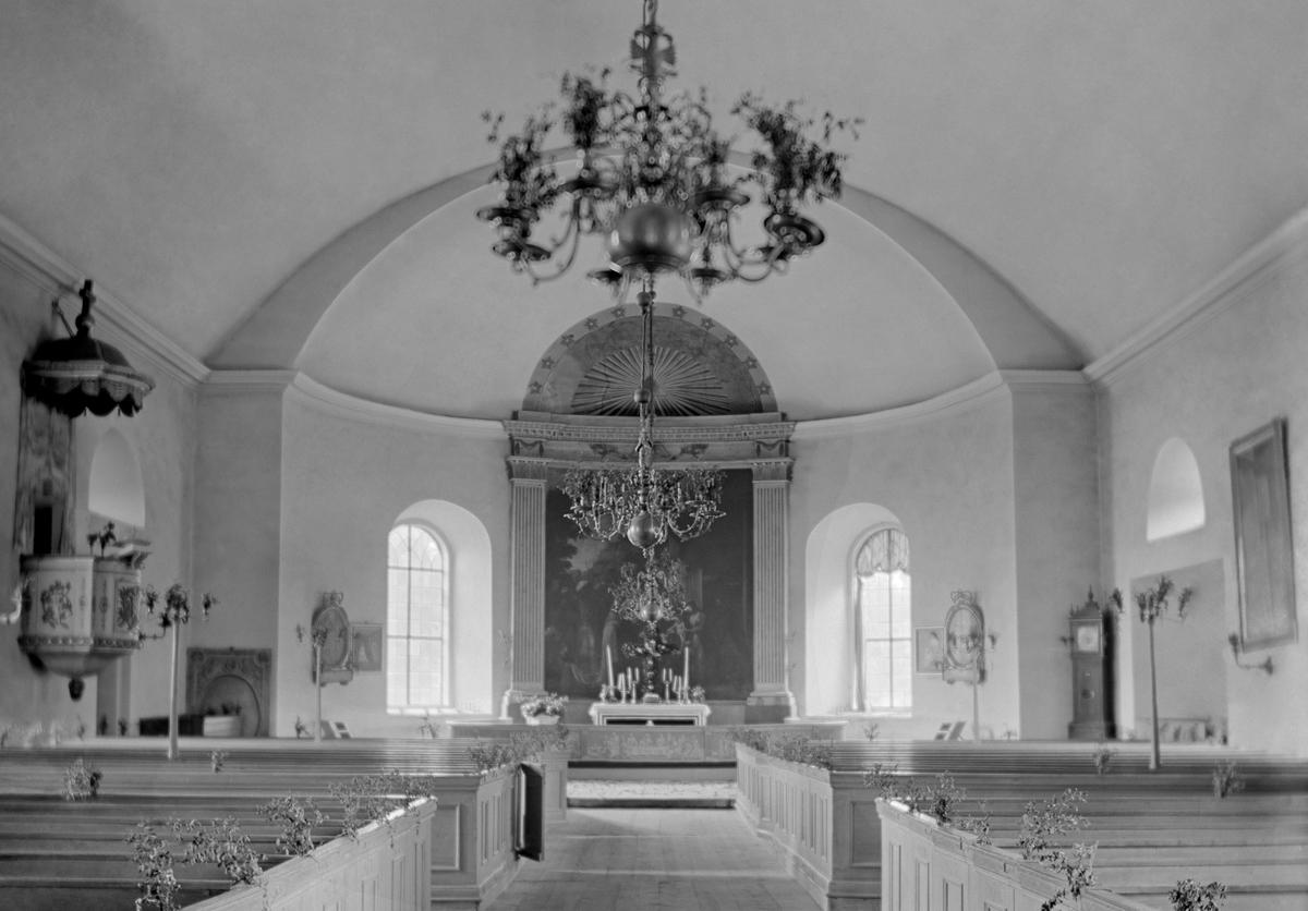 """Den nya kyrka i Sankt Anna uppfördes under åren 1819-1821 men invigdes först 1824. Altartavlan är målad av Pehr Hörberg och föreställer """"Konungarnas tillbedjan"""". Den blev färdig 1805 och var bekostad av Eva Maria Ribbing, änka efter excellensen Gyllenstierna på Thorönsborg som på många sätt bidragit till den nya kyrkans uppkomst. Altarringen är dekorerad i Hörbergs stil av målaråldermannen Bengt Frökenberg i Linköping och är en efterbildning av altarringen i Gammalkils och S:t Lars kyrkor."""