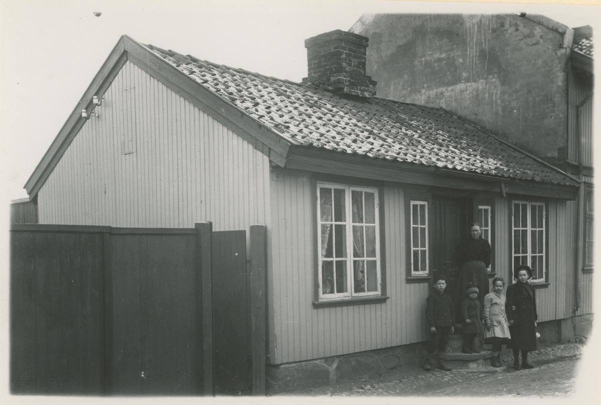 Seks bilder, ca. 1910.  Bilde 1: Vogts gate 4 (nedenfra og opp), Ellefsgaarden, bygget 1827, foto 1910.  Bilde 2 og 4: Vogts gate 6. Her holdt i sin tid skomaker A. Brynildsen til.  Bilde 3: Vogts gate 5, bygget 1822, foto 1910. I 1945 ble gården eid av Johan W. Svendsen.  Bilde 5-6: Samme bilde, to kopier. Kransen 8 (hadde tidl. nr. 4), bygget før 1800, foto 1910.