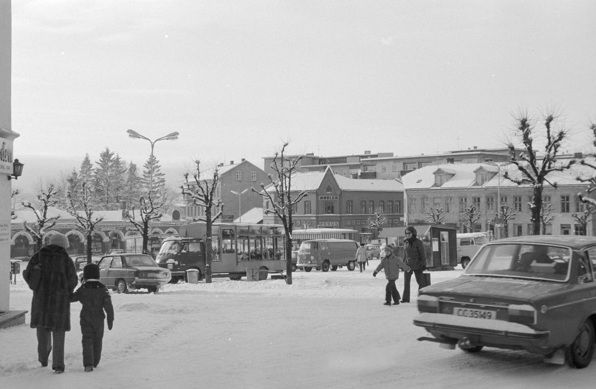 Torggata, Stortorget, vinter, personbiler, Hamar.