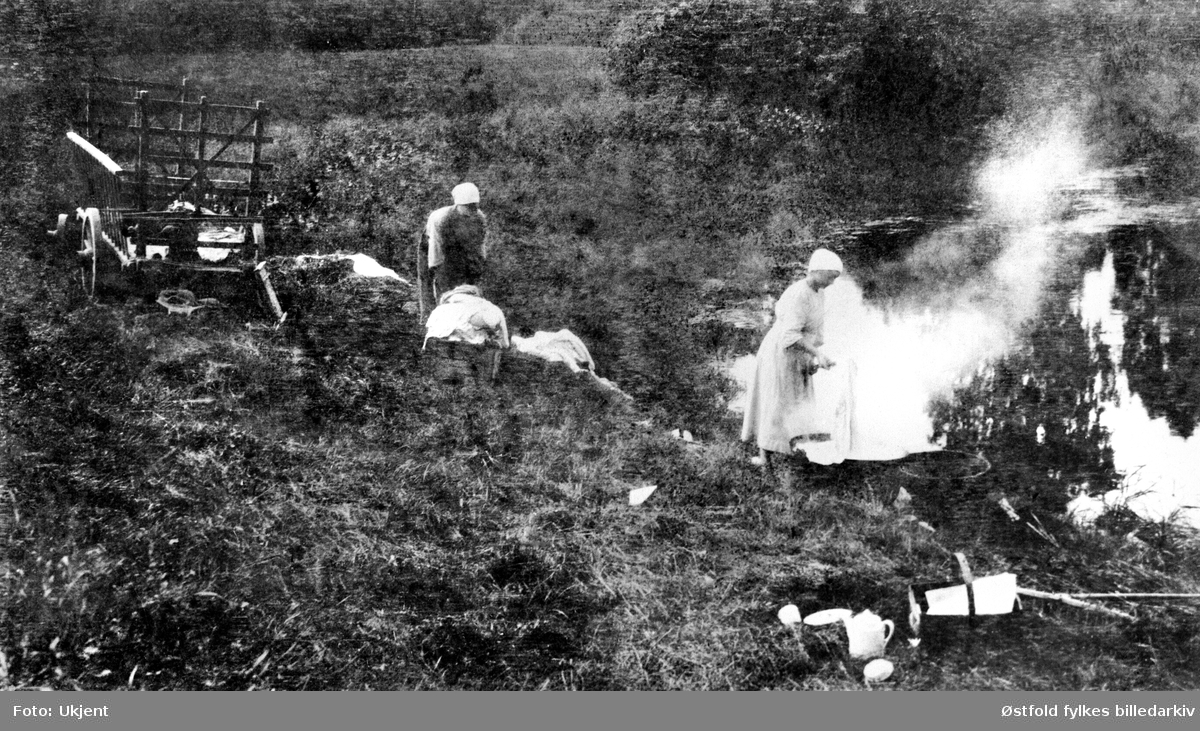 Gården Bovim i Hobøl- klesvask ved Hobølelva - to ukjente personer, ca. 1920 eller før.