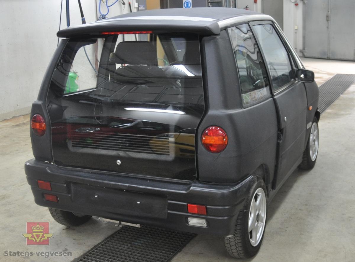 Sort elektrisk drevet 1995/96-modell Think PIV3 personbil med to sitteplasser. Bilen har et korosseri av termoplast, (polyethylen) og et tak av ABS plast. Ramme i aluminum. Airbag på førersiden. Farget glass. Blått og grått interiør. Framhjulstrekk. Motortypen er en vannavkjølt 3 fase asynkron induksjonsmotor med maksimal effekt på 27 kW.  Bilen gjør 0-50 km/t på 7 sekunder og har en toppfart på 90 km/t. Kjører ca 65 km vinterstid, 85-90 km sommertid på et fulladet nikkel cadmiumbatteri inneholdende 9,8 kWh.