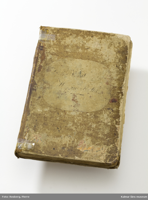 KLM 39700:16 Huvudrulla för Östra härads kompani vid Kalmar Regemente. Boken omfattar 314 sidor, upptagande kompaniets knektar på respektive torp från 1709 fram till 1800-talets sista hälft. Även kompaniets officerare, underofficerare och underbefäl finns förtecknade. I boken finns inlagt en del lösa papper bl a brev från rotemästaren. I bokens slut finns bifogat 6 sidor Contanta Löner efter Nya Staten. Östra härads kompani, Kalmar regemente.