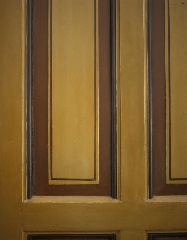 Original strekdekor på en av dørene i «Ein norsk heim i ein ny tid — I905». Døra, som opprinnelig sto i en av leilighetene i første etasje i gården. var blitt plateslått på et tidlig tidspunkt. Den opprinnelige overflaten med strekdekor er derfor bevart. Dette er den eneste døra fra gården som ikke var overmalt. Strekdekor på dører var svært vanlig på slutten av 1800-tallet. (Foto/Photo)