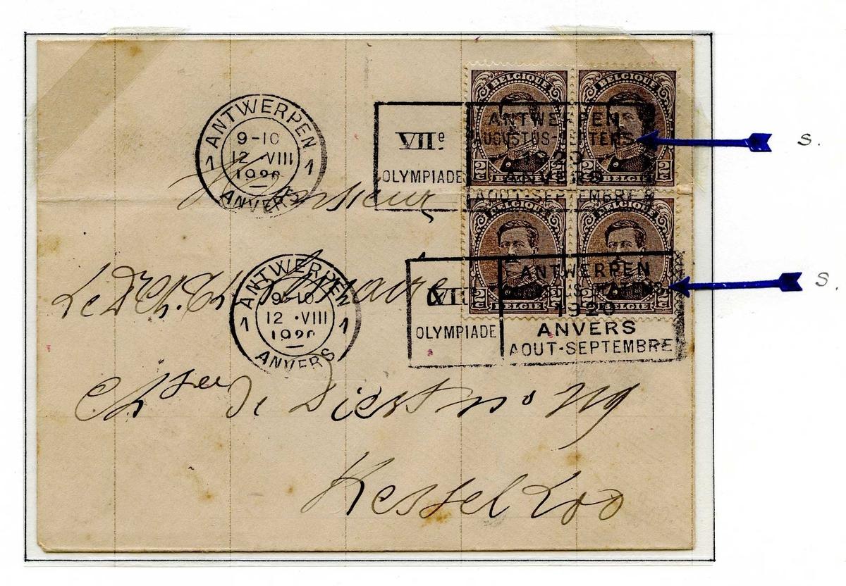 To postkort montert på albumside, begge postkortene er frankert med frimerker med bilde av kong Albert I av Belgia. På det øverste postkortet er det trykkfeil i stempelet, markert med en pil.