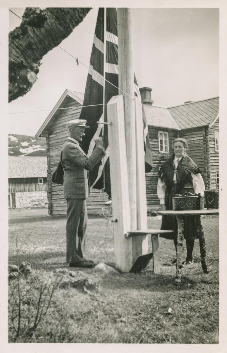 Flaggheising på Nesset, og klar for 17.mai-markering. Erling og Johanna Gjertine (f.Øyen) Nesset.