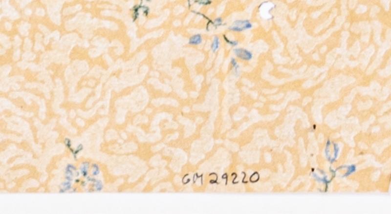 Ett diskret blommönster på en gulmelerad bakgrund. Tryck i ljusblått och grönt.