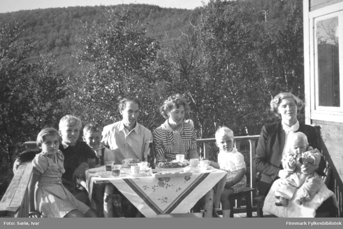 Ved Smalfjordvannet utenfor hytta til Ivar Sælø, sommeren 1954. Fra venstre: Kari og Terje Noodt, ? Sælø, Håkon Noodt, Elsa Sælø, ? Sælø, Solveig og Marianne Noodt. Ivar Sælø har tatt antakelig dette bildet.