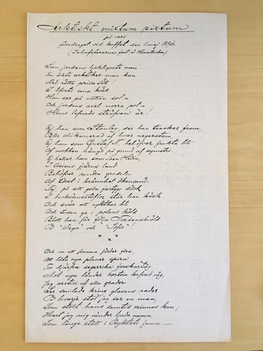 """""""Arktiskt mixtum pixtum på vers föredraget vid kaffet den 1 maj 1894. (Ishafsfararnes fest på Hasselbacke.)"""". Skrivet med bläck på rutat papper i folioformat. Författat av A. Klinckowström 30/4 1894"""