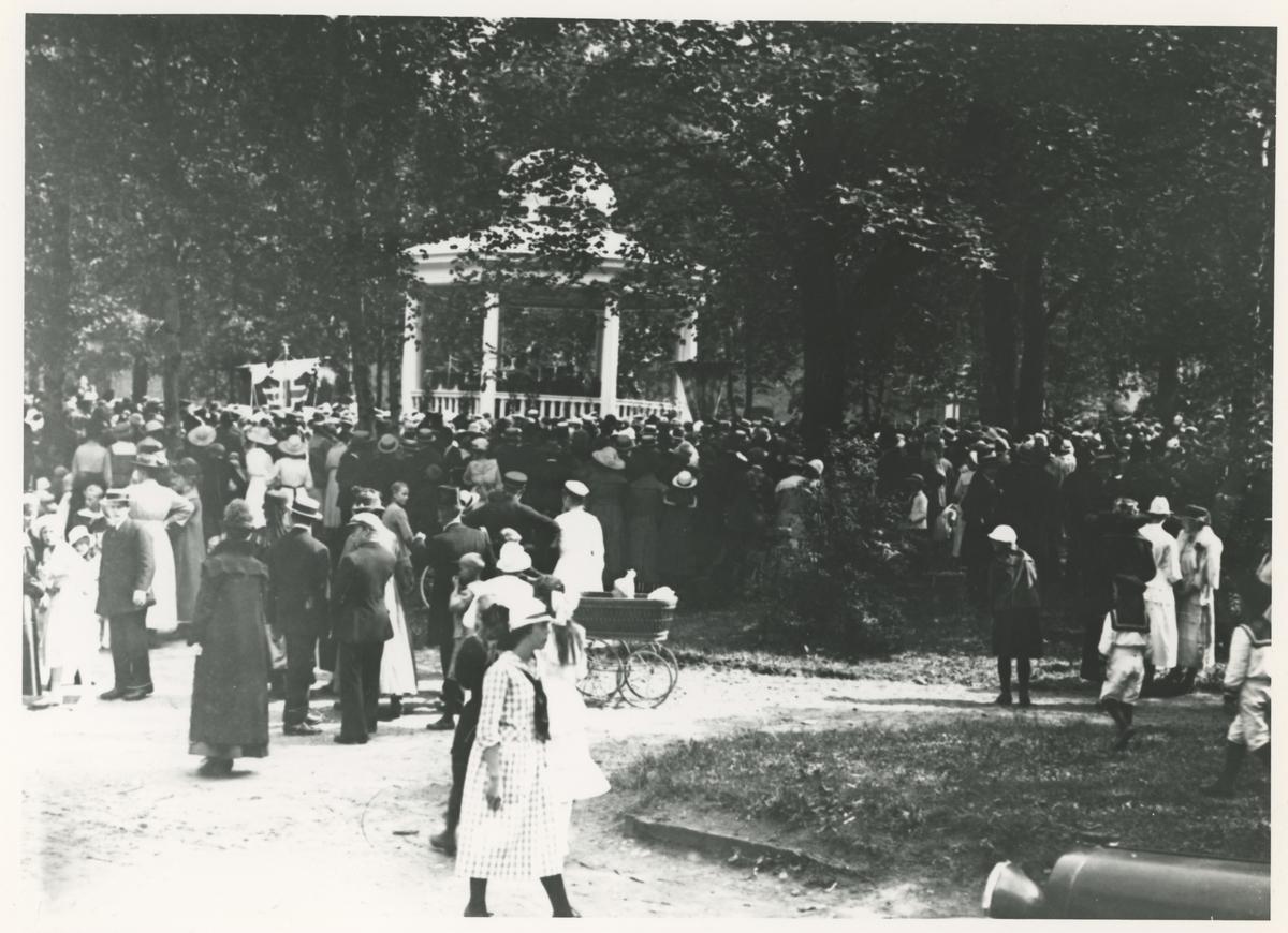 Fra Moss bys 200-års jubileum i 1920. Innvielsen av ny musikkpaviljong i kirkeparken.