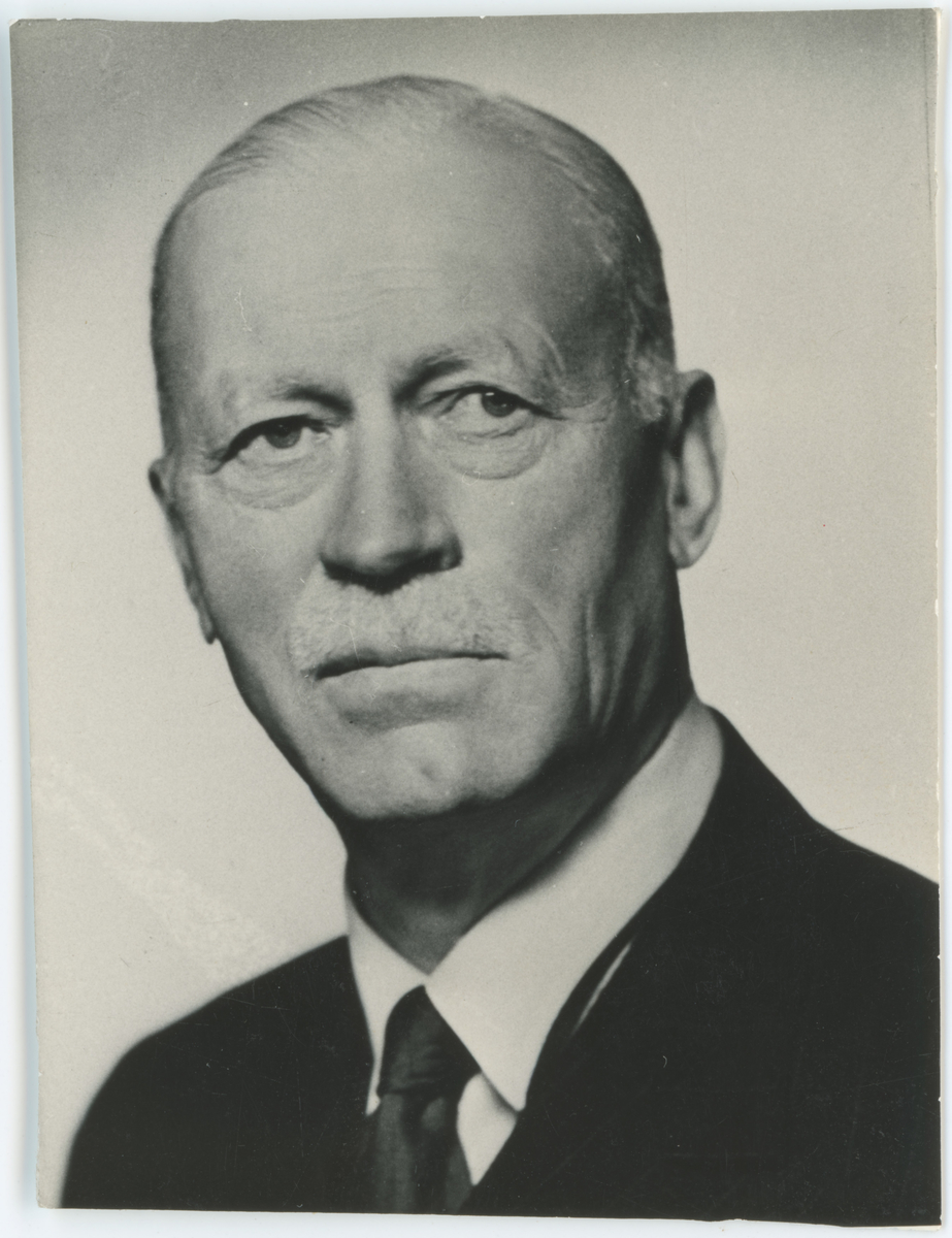 Diverse portrettfotos.  Bilde 1: Jens Fredrik Undall Galtung, stadslæge.  Bilde 2: Axel Huitfeldt, overrettssakfører.  Bilde 3: Hans Blom Peterson, konsul.