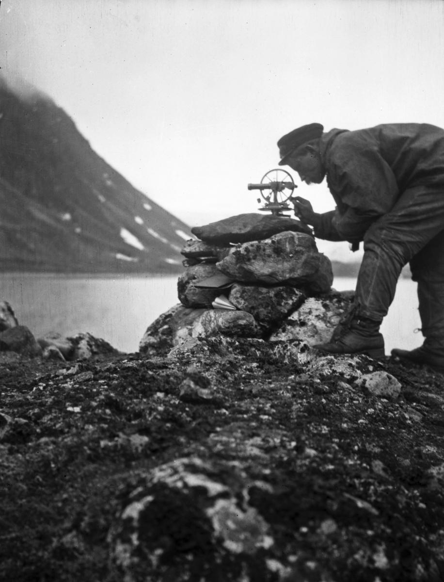 Forsker på Svalbard undersøker landskap