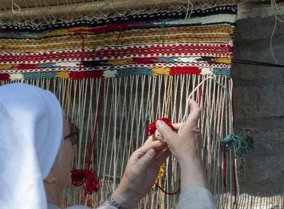 Oppstadvev utført av middelalderkledd dame. (Foto/Photo)