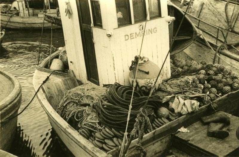 Fiskebåt med utstyr på dekk