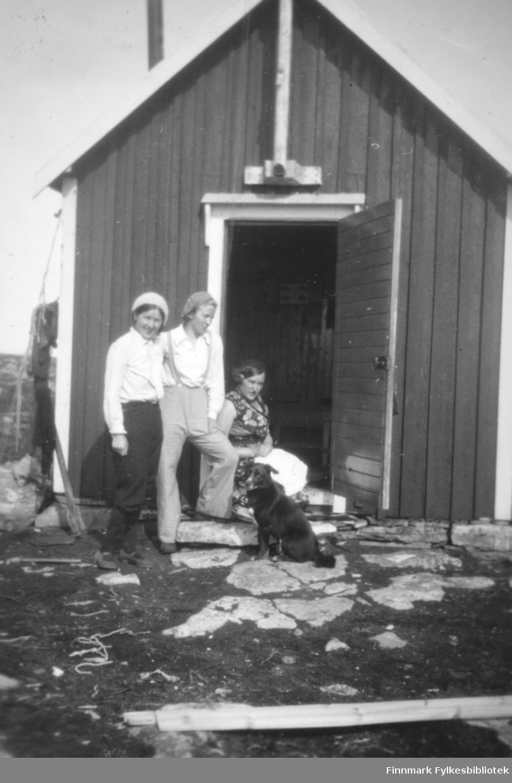 Tre damer ved døråpning. Stedet er sannsynligvis Salttjern