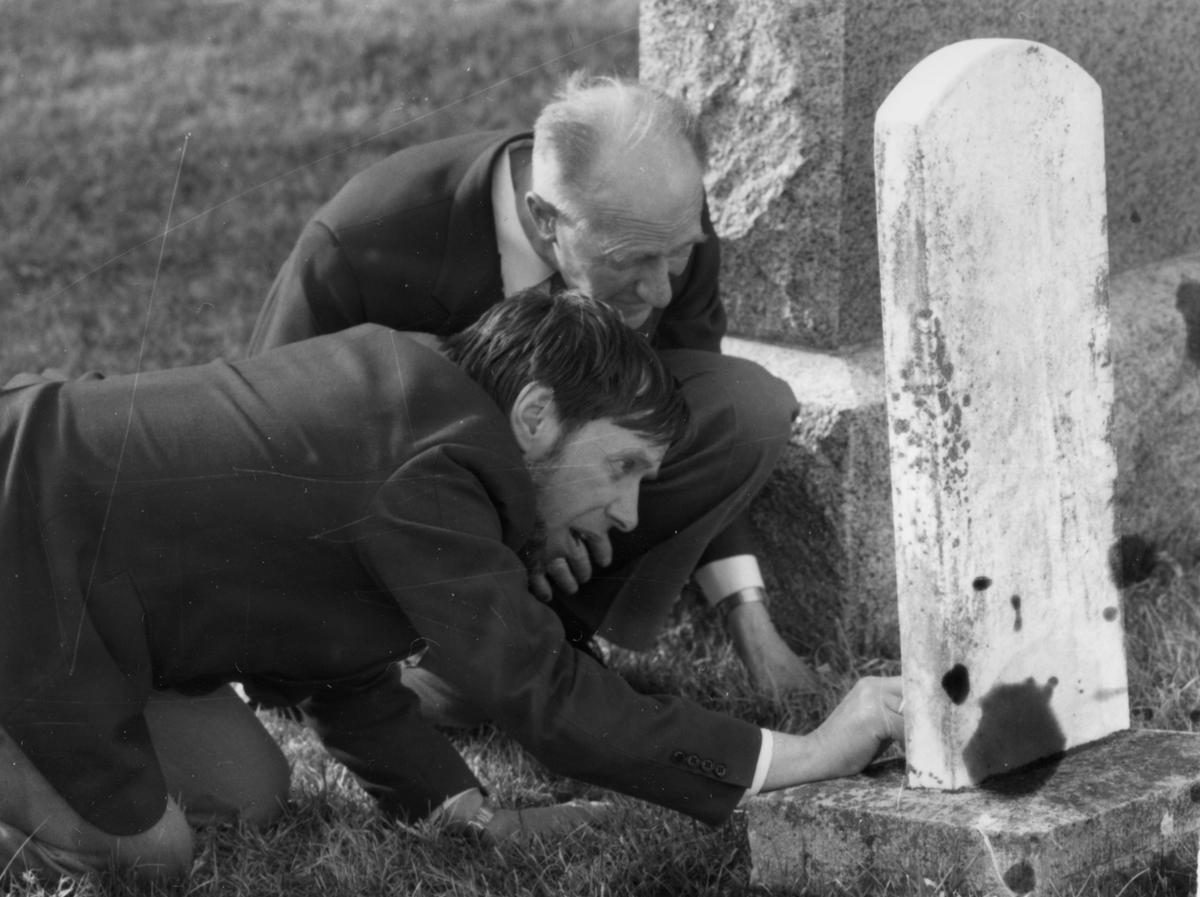To menn undersøker amerikanske gravtøtter med mange norske navn - Magne Bakos og Nils Røe