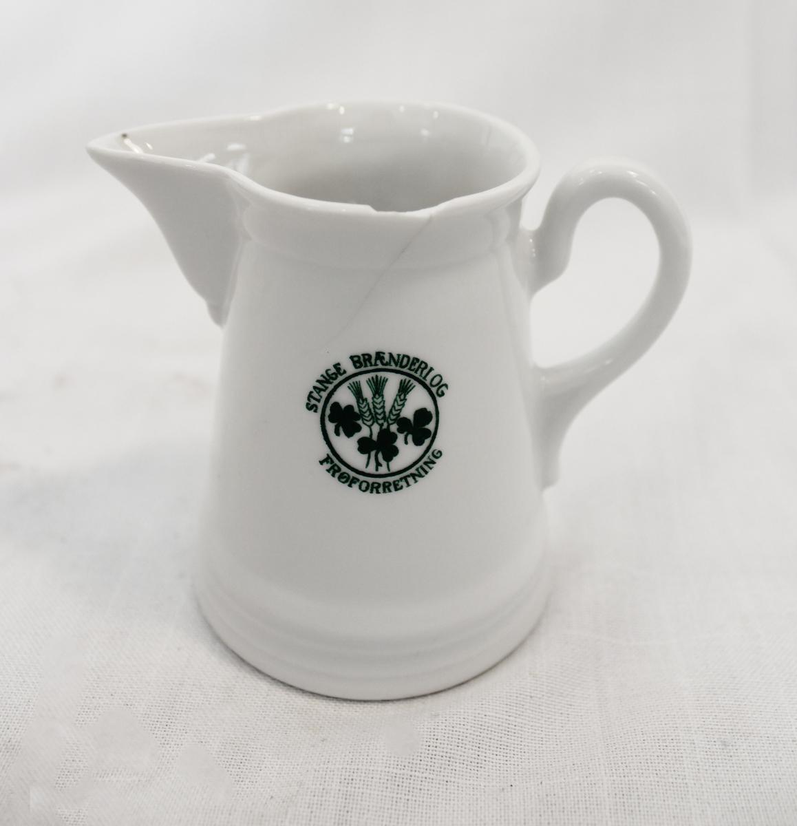 46 store tallerkener, 2 dype tallerkener, 5 koppasjetter med 1 tilhørende kopp (mangler 1 av 2 slike kopper), 2 spiseasjetter, 1 te-/kaffekanne, 1 sausenebb, 1 fløtemugge, 1 sukkerkopp, 1 serveringsfat og 1 serveringsbolle.   Firmamerket er påført alt porselenet. Det er laget ved Porsgrund Porselænsfabrik i 1929.   Fra samlingen etter Ole Gjestvang.