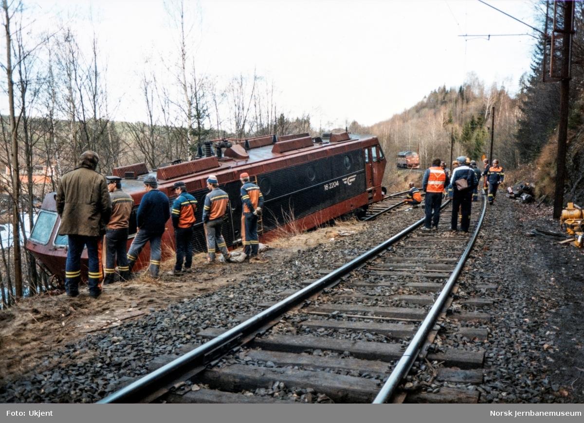 Avsporet og veltet elektrisk lokomotiv El 16 2204 etter å å kjørt inn i et jordras. Lokomotivet fikk store skader, men ble berget og reparert. Her trekker diesellok Di 3 626 El 16 2204 opp på hovedsporet